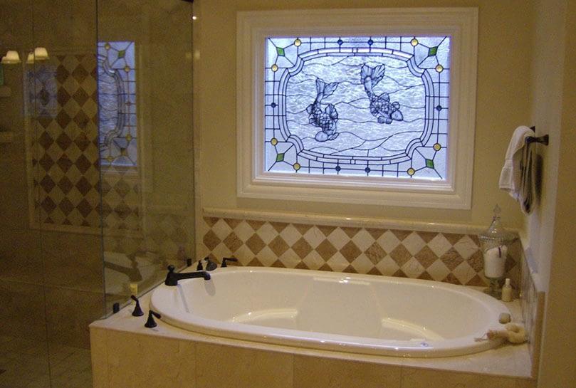 Окно в ванной с узором
