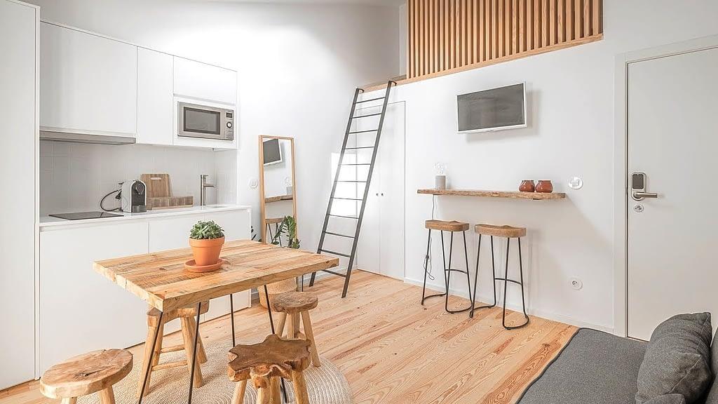 дизайн квартиры студии, спальня на втором этаже.