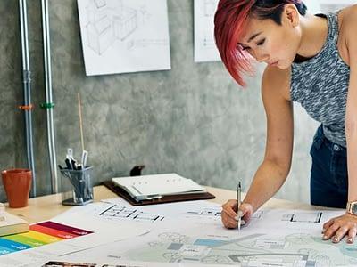 Дизайнер интерьера за работой